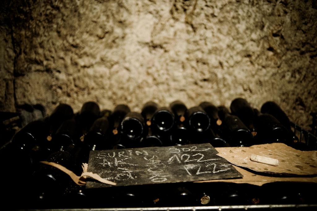 La cantina di Bruno Allion e le bottiglie di Sauvignon Surin che riposano
